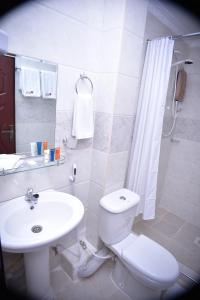 A bathroom at Urban Point Hotel