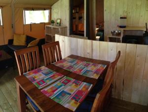 Essbereich in der Zelt-Lodge