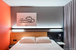 A bed or beds in a room at ibis Styles Bâle-Mulhouse Aéroport
