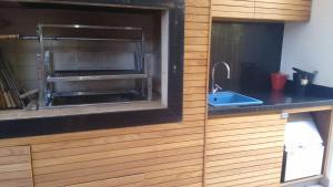 A kitchen or kitchenette at Confortável Casa em Angra