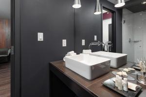 A bathroom at Hotel Metro