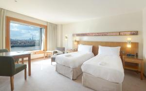 A bed or beds in a room at Canary Riverside Plaza Hotel