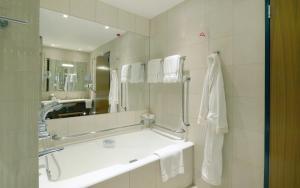 A bathroom at Canary Riverside Plaza Hotel