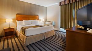 Кровать или кровати в номере Best Western King George Inn & Suites