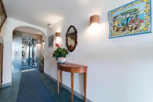 O saguão ou recepção de Hotel Il Nido