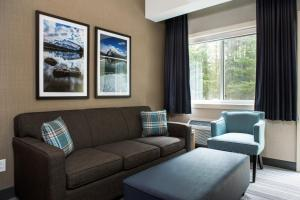 A seating area at Mountaineer Lodge