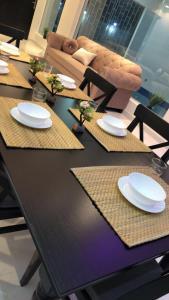 Um restaurante ou outro lugar para comer em Malaz Chalet