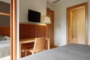 A television and/or entertainment center at Hotel Iriguibel Huarte Pamplona