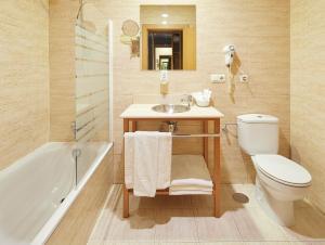 A bathroom at Hotel Iriguibel Huarte Pamplona