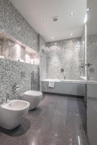 A bathroom at City Park Hotel & Residence