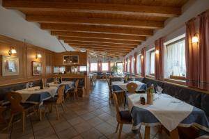 A restaurant or other place to eat at Albergo Aurora