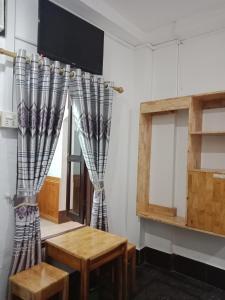 Una televisión o centro de entretenimiento en Chitlatda Central Bila House