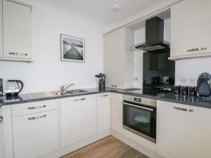 A kitchen or kitchenette at 23 Waters Edge