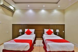 Cama ou camas em um quarto em OYO 273 Star Yanbu Hotel Suites