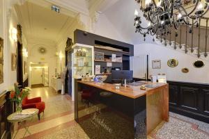 The lobby or reception area at Hôtel La Résidence
