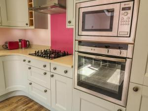 A kitchen or kitchenette at 3 Top View Cottages