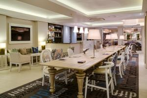 A restaurant or other place to eat at Protea Hotel by Marriott Cape Town Sea Point