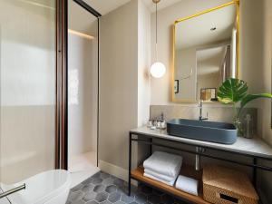 A bathroom at H10 Palacio Colomera
