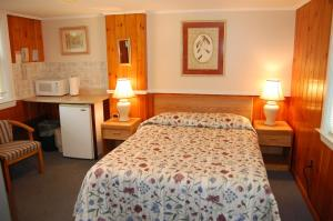 A bed or beds in a room at Wills Inn - Bartlett