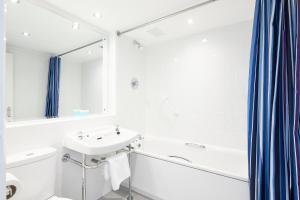 A bathroom at Alma Lodge Hotel