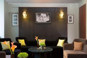 Coin salon dans l'établissement Hôtel A La Villa des Artistes