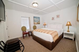 A bed or beds in a room at Georgianne Inn & Suites