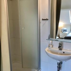 A bathroom at Hof Leskensdaele