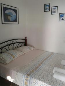 A bed or beds in a room at Floras Rooms and Studios