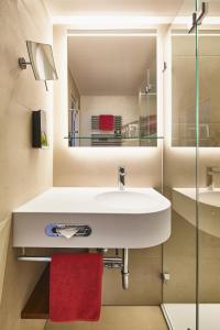 A bathroom at Hotel City Krone