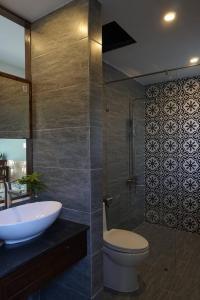 A bathroom at Kha Nguyen Home