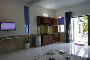 A kitchen or kitchenette at Kha Nguyen Home