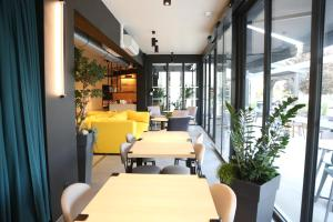 A restaurant or other place to eat at ibis Styles Bâle-Mulhouse Aéroport