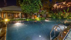 Der Swimmingpool an oder in der Nähe von La Rivière d' Angkor Resort
