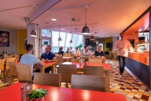 Een restaurant of ander eetgelegenheid bij Stayokay Hostel Rotterdam
