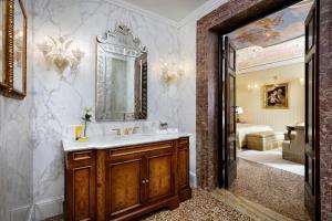 A bathroom at Hotel Danieli, a Luxury Collection Hotel, Venice