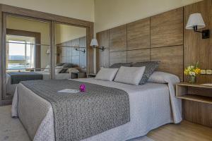 Cama o camas de una habitación en Hotel Talaso Louxo La Toja