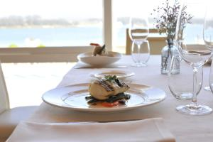 Un restaurante o sitio para comer en Hotel Talaso Louxo La Toja