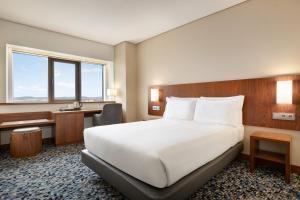 Cama ou camas em um quarto em Ramada by Wyndham Lisbon