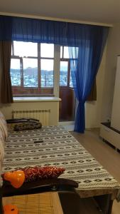 Кровать или кровати в номере Апартаменты с балконом на Усадской