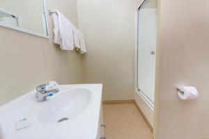 A bathroom at Ingenia Holidays Noosa North