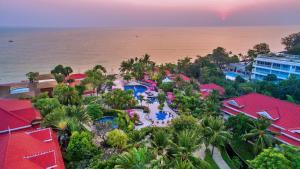 Uitzicht op het zwembad bij Wora Bura Hua Hin Resort & Spa of in de buurt