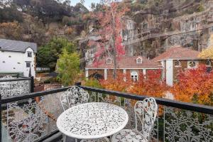 A balcony or terrace at Leisure Inn Penny Royal Hotel & Apartments