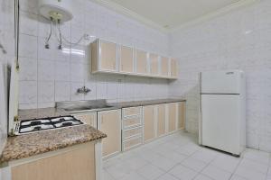A cozinha ou cozinha compacta de Durrat Al Motamizon Furnished Apartment 1