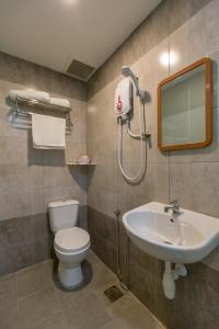 A bathroom at U Plus Budget Hotel