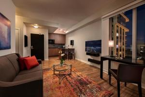 A seating area at Executive Hotel Cosmopolitan Toronto