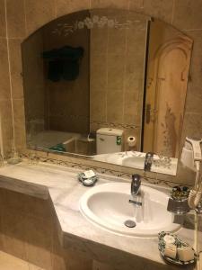 A bathroom at Hotel Mounia