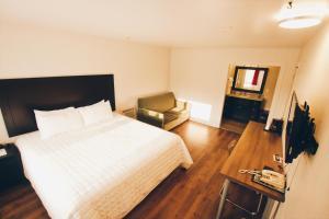 Кровать или кровати в номере Hotel Moncton