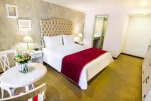 A bed or beds in a room at GHL Hotel Hamilton