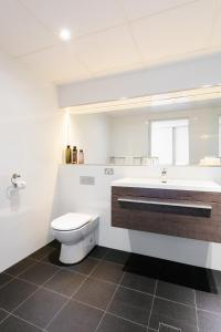 A bathroom at Lakes Hotel