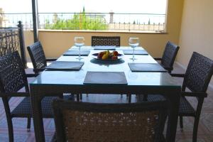 Um restaurante ou outro lugar para comer em Seaview Villa Buzovna